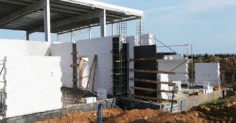 wykonywanie ścian murowanych budynku biurowego - budowa hali o powierzchni niemal 7.000 m2, dla firmy Kentaur Production, Łobez, woj. zachodniopomorskie