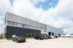 zakład produkcyjny od frontu - hala produkcyjno-magazynowa z częścią socjalno-biurową, dla firmy Plasteam, Łubna, woj. mazowieckie
