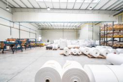 zakład produkcyjny od środka - hala produkcyjno-magazynowa z częścią socjalno-biurową, dla Plasteam, Łubna, woj. mazowieckie