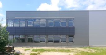 zamontowane kasetony elewacyjne - kolejna inwestycja przemysłowa w woj. łódzkim, wybudowana przez CoBouw Polska hale stalowe, dla GG Tech