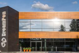 zbliżenie na elewację biurowca - hala produkcyjno-magazynowa z budynkiem biurowym, dla Dreampen, woj. lubuskie