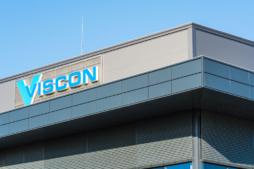 zbliżenie na logo na elewacji - inwestcja dla Viscon Real Estate Poland, Płaszewko, woj. pomorskie