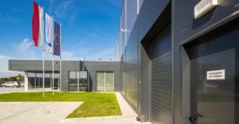 zbliżenie na obiekt - hala produkcyjno-magazynowa wraz z budynkiem socjalno-biurowym, pralnia przemysłowa, dla Bardusch Polska, w Bochni, woj. małopolskie
