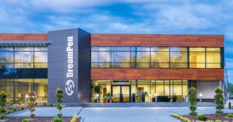 zdjęcie budynku biurowego z oddali - hala produkcyjno-magazynowa z budynkiem biurowym, dla firmy DreamPen, w Zielonej Górze, woj. lubuskie